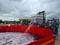 Auffangen des Reinöls in speziellen Becken