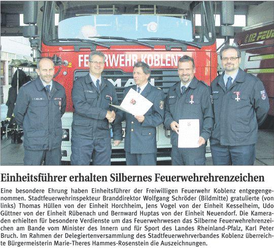 Einheitsführer erhalten silbernes Feuerwehrehrenzeichen